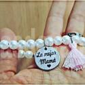 Pulseras de perlas blancas y medalla grabada en acero para mamá y abuelas