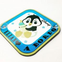 Bebe a bordo pingüino con el nombre del bebe