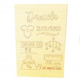 Lamina de madera con los datos de nacimiento de bebe grabados