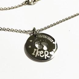 Colgante de titaneo personalizado con nombre y fecha del bebe